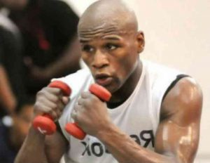 ダンベルトレーニングをするボクサー